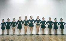 девочки танцоры держат стойку