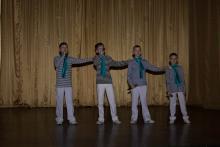 подростки поют